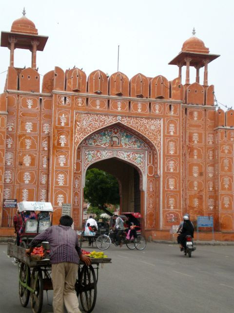 una delle porte della città, all'entrata della pink city