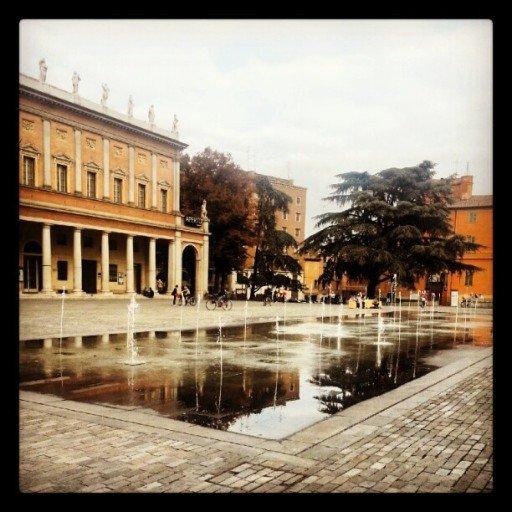 ReggioEmilia_PiazzadellaVittorio_sfondoTeatroValli