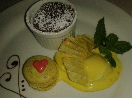 Dessert di cioccolato e macarons
