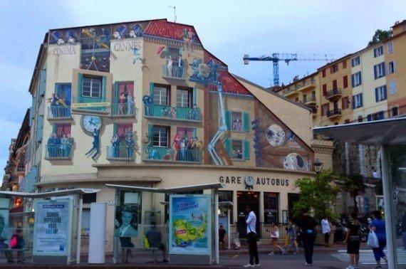 Trompe-l'oeil, muro dipinto con scene di film