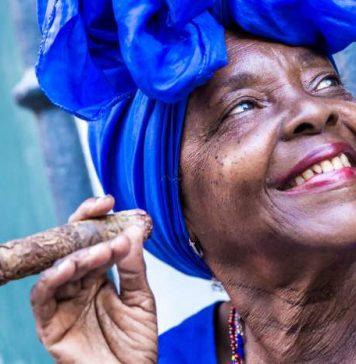 cubana che fuma