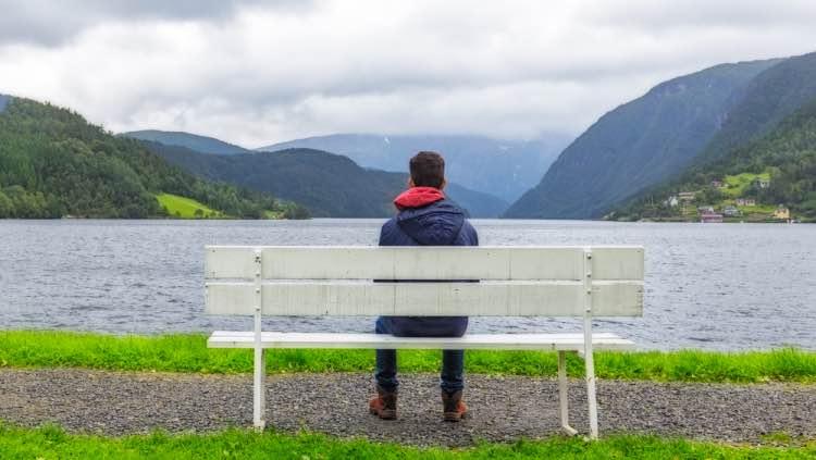 Ulvik ragazzo che guarda i fiordo