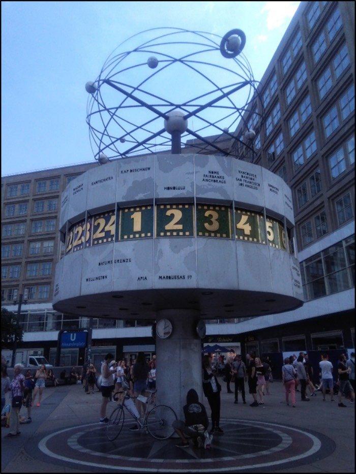 """""""die Weltzeituhr"""", l'orologio in Alexanderplatz che indica l'orario delle più grandi città del mondo a seconda di zone e continenti Berlino"""