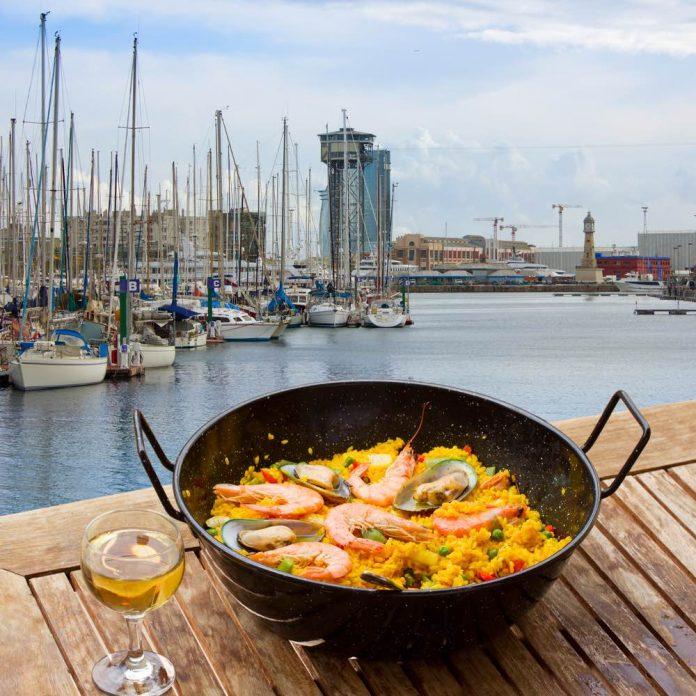 Foto di paella sulla spiaggia di Di Neirf da shuttesrstock.com