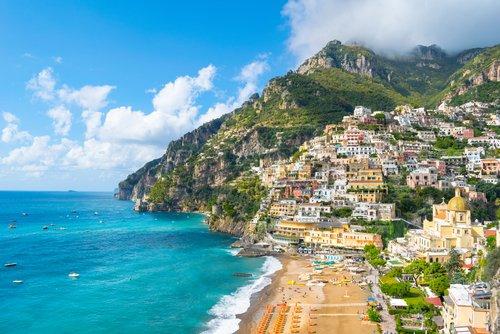 Le 5 spiagge più belle d'ITALIA Marina Grande, Positano - Campania di Nido Hueb da shutterstock.com