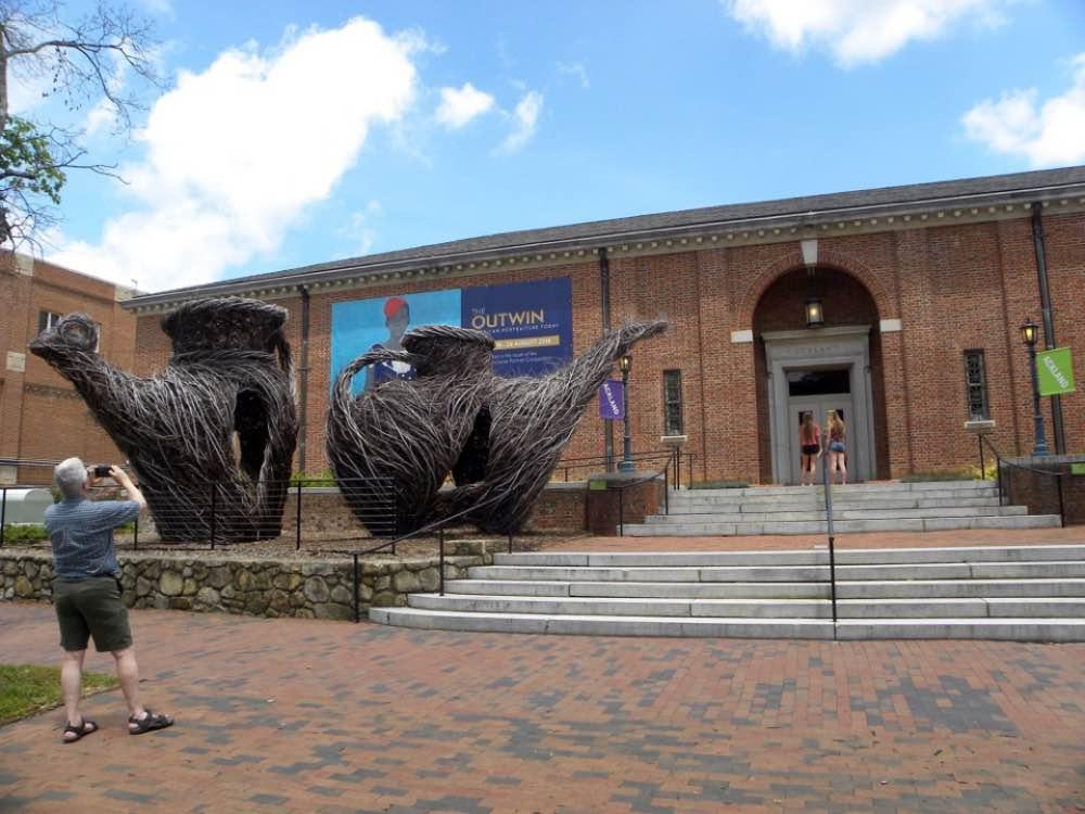 Ackland Art Museum con installazione di sculture di Patrick Daugherty