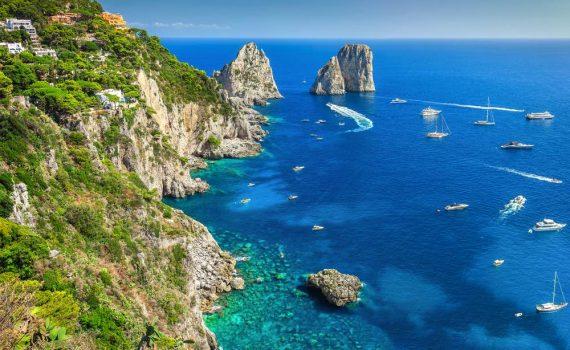 I mitici Faraglioni Capri, foto scattata da Gaspar Janos di shutterstock.com