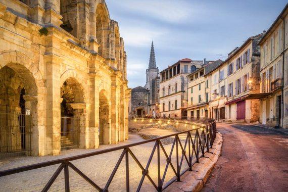 Questo è il bellissimo anfiteatro dello storico villaggio di Arles da Shutterstock di tichr