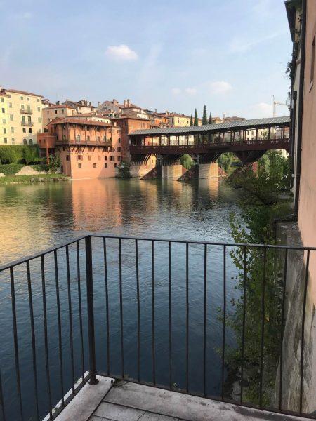 Vista dalla stradina segreta di Bassano del Grappa sul Ponte Vecchio